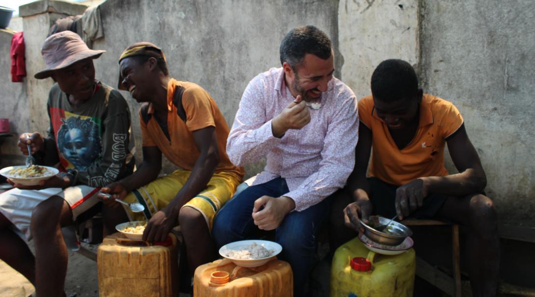 Un volontaire et des Malgaches locaux dégustant un repas végan ensemble, en s'amusant.